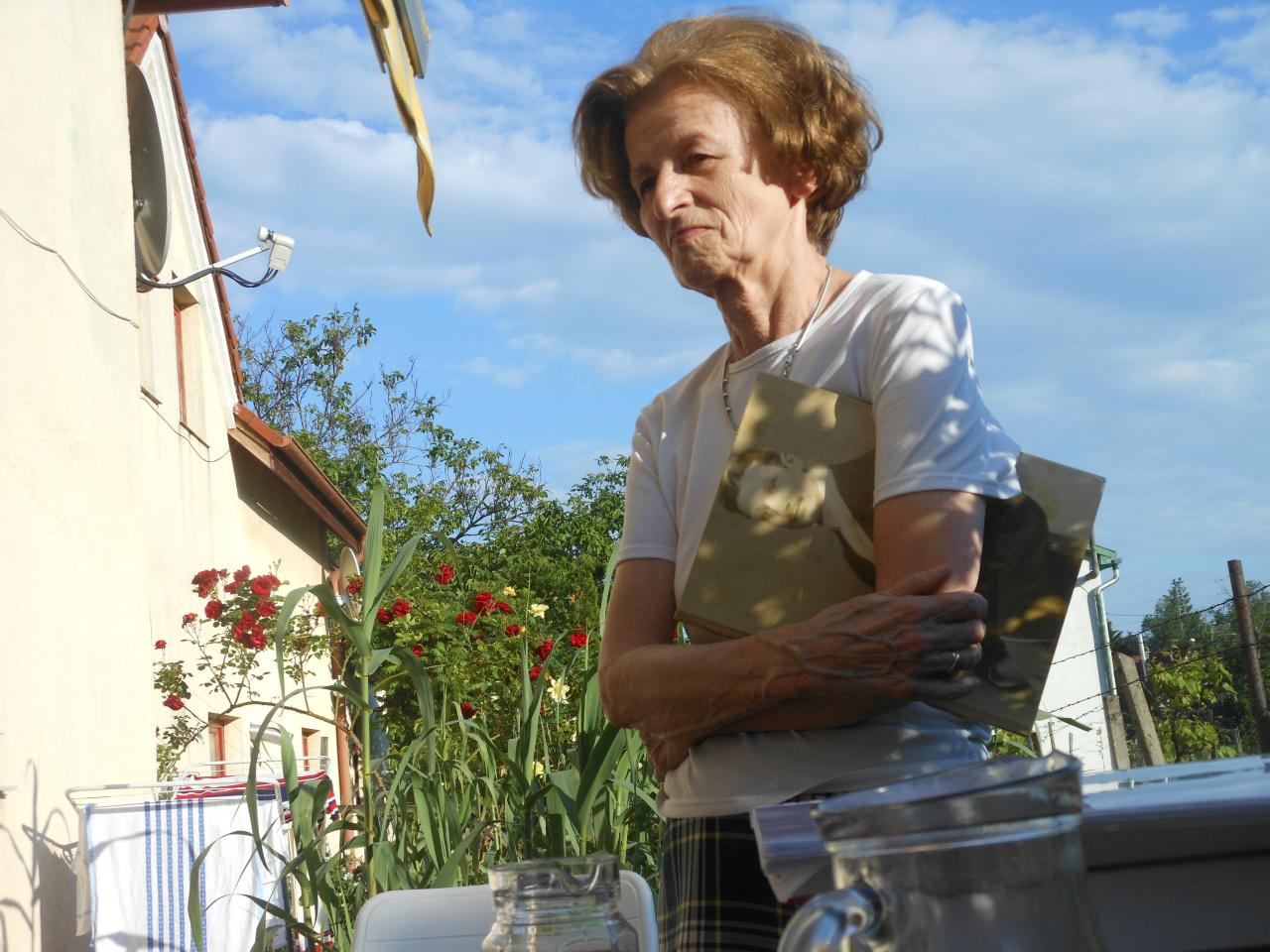 Éva Perjés, ook een steun en toeverlaat tijdens mijn zoektocht. Ik logeerde vaak bij haar. Hier staat ze met mijn 'Arpádboek' onder haar arm. We zijn bij haar vriendin, Maria Legeza (vorige foto).