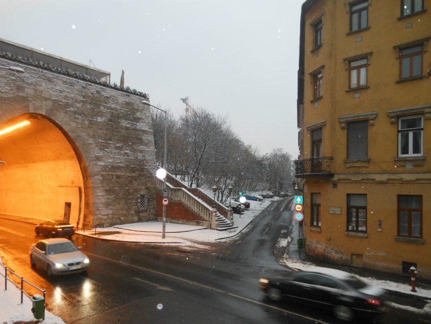 Alagút Utca 2, het huis aan de voet van de tunnel waar Árpád tot zijn deportatie woonde met Julia en Péter.