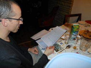 Bence Miklauzic helpt brieven vertalen.