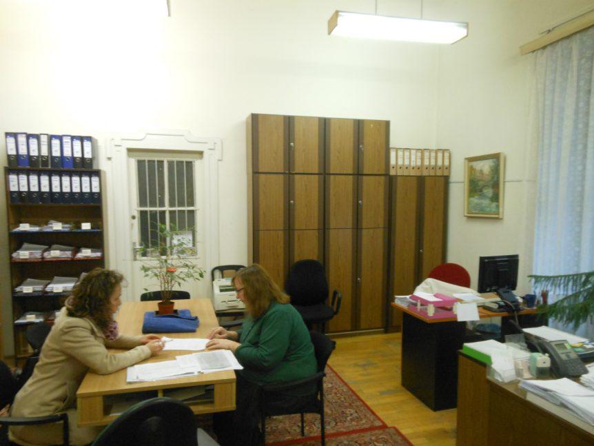 Bij het Rode Kruis in Boedapest, op zoek naar sporen van Árpáds zusje Ilona. Tevergeefs.