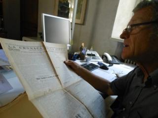 Dr Stampfer in archief Denkmalamt Bolzano met het Eperjesy-dossier