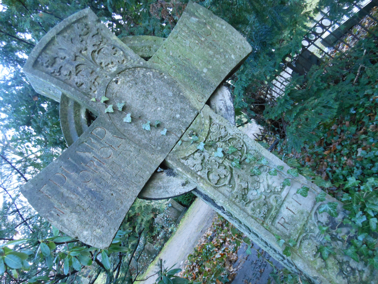 Graf Eduard Oriola en zijn vrouw Maxe daterend van eind 19e eeuw. Nog net leesbare inscripties.
