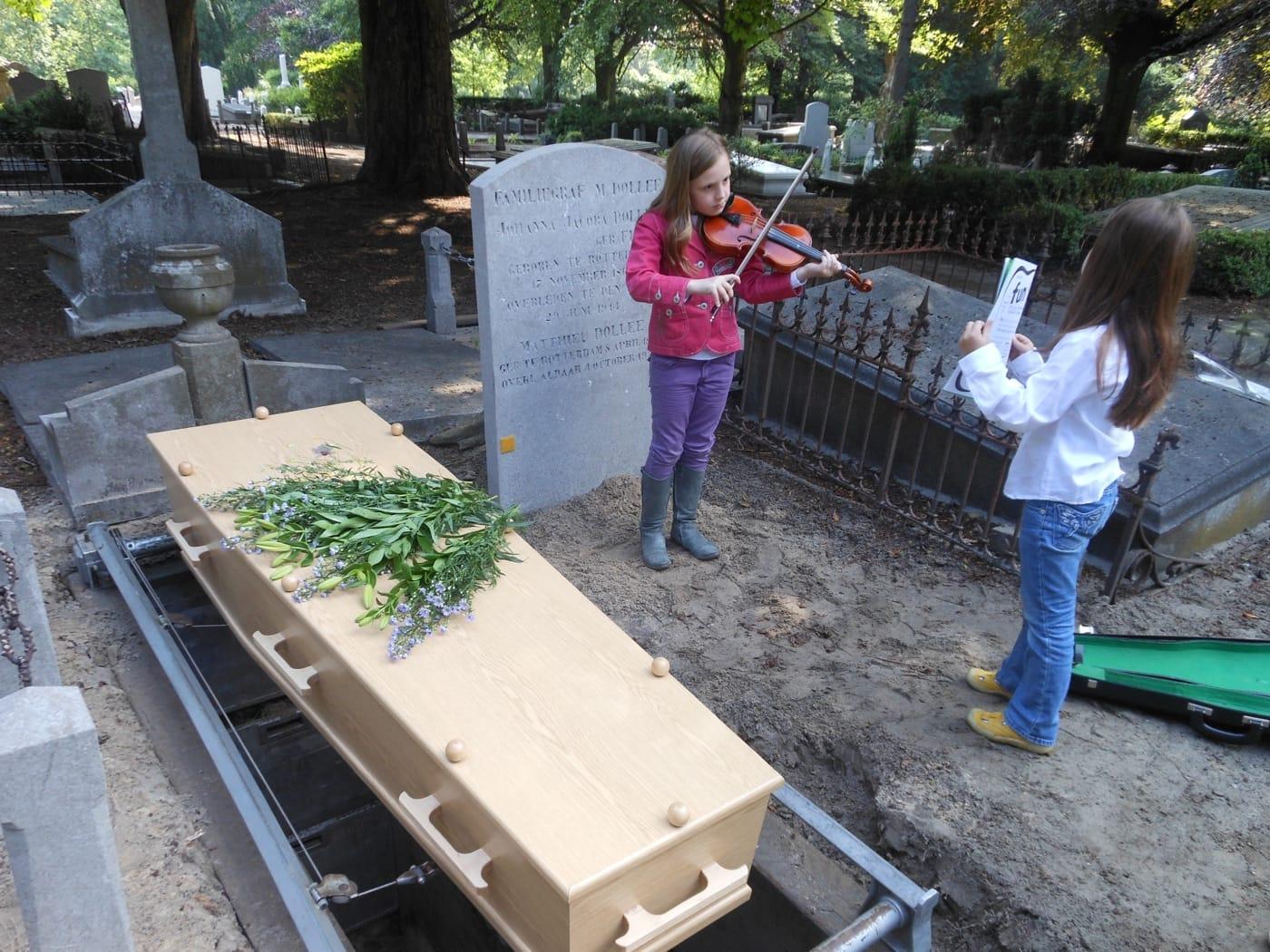 Herbegrafenis Árpád, op Oud Eik en Duinen, Den Haag, met dochters Tiba (viool) en Layla.