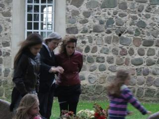 Begrafenisritueel Elfi, Gross Fredenwalde 2011, met Klara von Arnim, Olga en haar gezin.