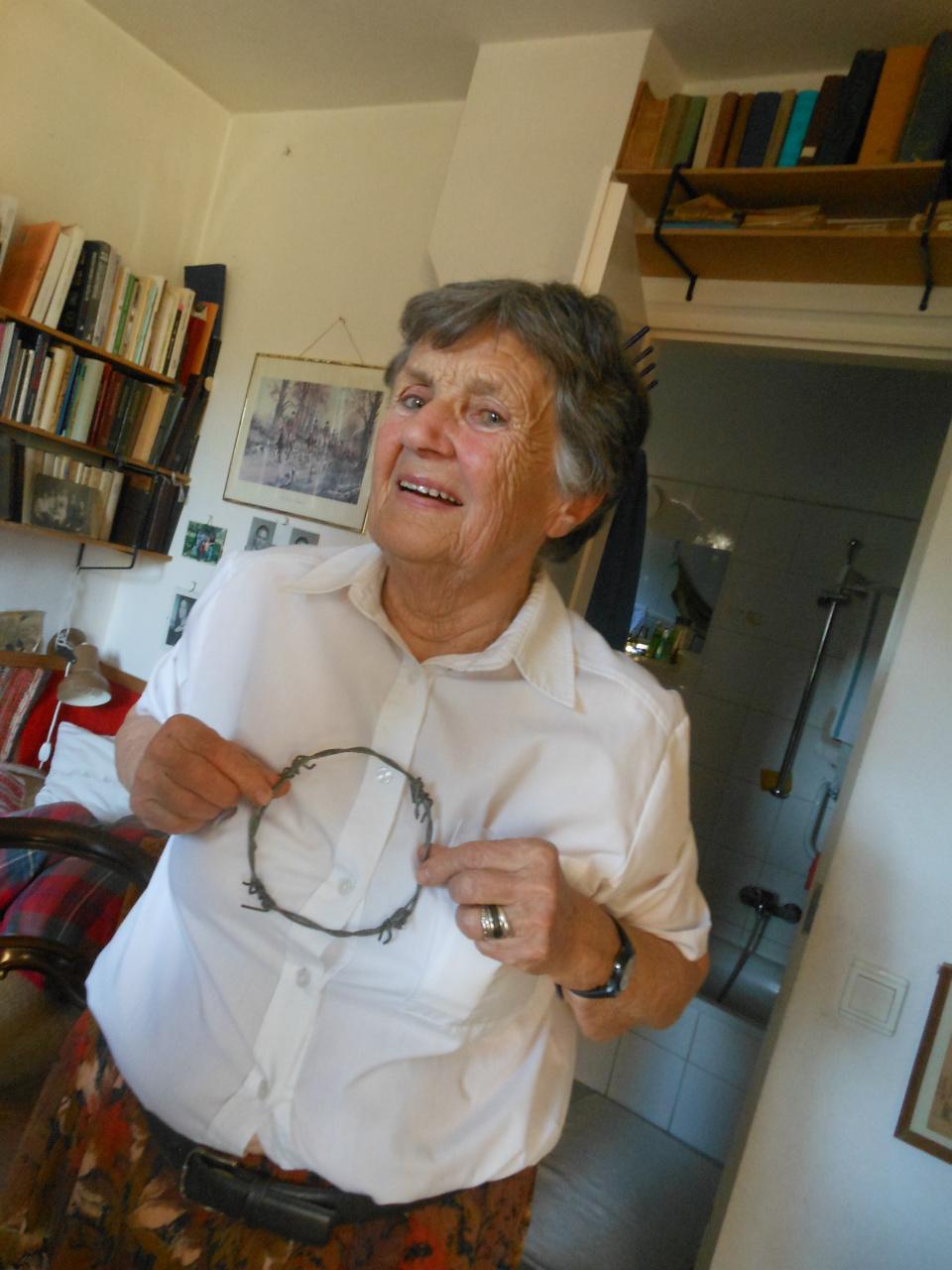 Maria Legeza met een stuk prikkeldraad in haar hand. Met Maria sprak ik over de gruwelen die haar en haar familie zijn aangedaan door de communisten. Ondanks alles lijkt zij opmerkelijk opgewekt in het leven te staan.