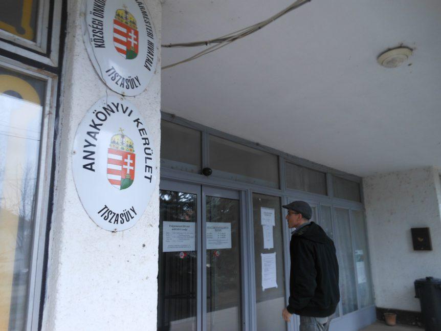 Met Bence bij gemeentehuisje van Tiszasüly.