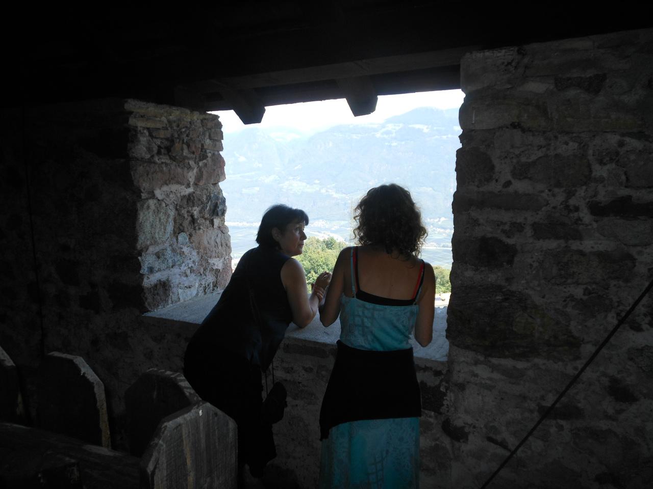 Met Elfi Gabrieli bij ruïne kasteel in Lana. Ze vertelt me hier hoe men elkaar bij gevaar met vuren waarschuwde via de kastelen boven het dal.