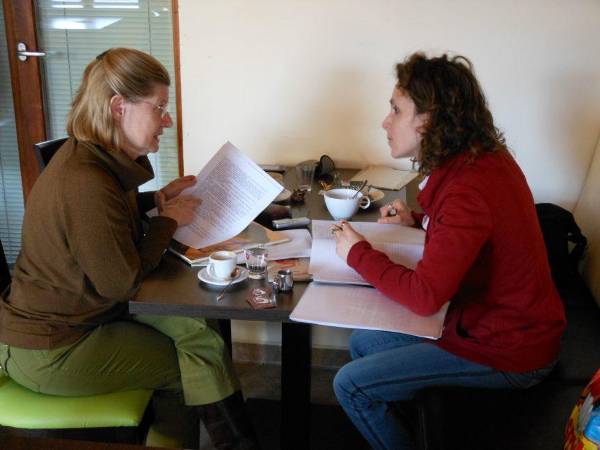 Met Zsuzsa Hantó over de stukken die zij vond van Árpád in voormalig geheim archief Boedapest.