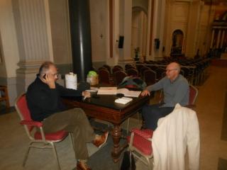 Met de gidsen van St Louis, Pierre Groetelaars en Richard Driessen, in de kerk. Pierre belt hier een oude, zieke broeder, met de vraag of hij nog wat weet over Péter Éperjesy. Helaas, nee.