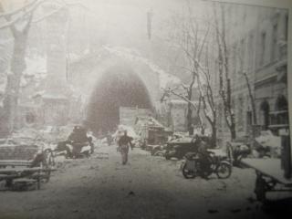 Oude foto van de Alagut Utca in de oorlog.