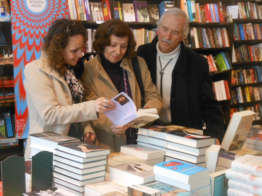 Orsi en Miki bekijken het boek in de IJsselsteinse boekhandel, daags voor de officiële boeklancering in Utrecht, maart 2015.